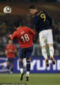 幻灯:智利对阵西班牙托雷斯头球攻门 皮克杂耍