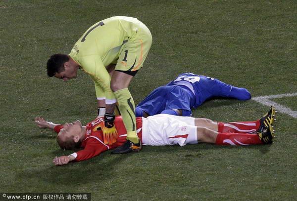 帕拉西奥斯与对手相撞 倒地不起