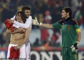 幻灯:西班牙队员庆祝晋级16强 皮克熊抱普约尔