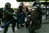 幻灯:智利晋级球迷仍不满 警方出动逮捕闹事者