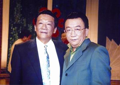 侯跃文(左)生前与侯耀华合影