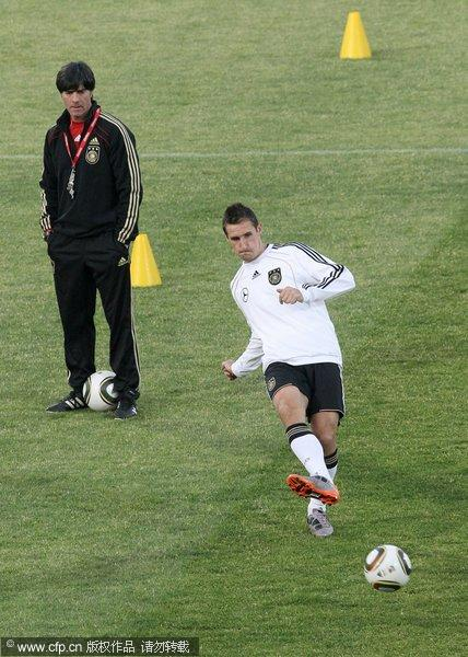 图文:德国队备战淘汰赛 克洛泽练射门