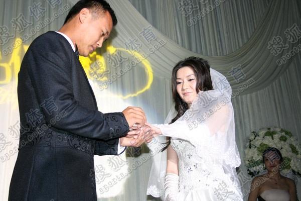 徐云龙给新娘戴钻戒