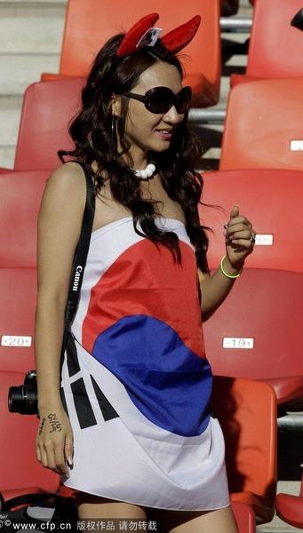 美女球迷国旗裹身