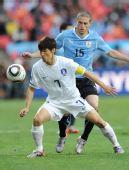 图文:乌拉圭战韩国 朴智星在比赛中争抢