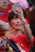 幻灯:韩国女球迷玩自拍 乌拉圭纯情姑娘惹人爱