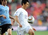 图文:乌拉圭战韩国 卡瓦尼在比赛中争抢