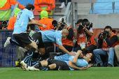 图文:乌拉圭对韩国 苏亚雷斯和队友庆祝进球