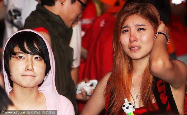 美女球迷泪流满面