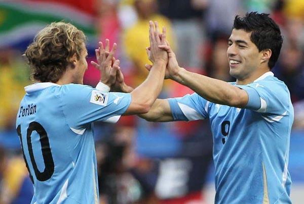 弗兰(左)与苏亚雷斯庆祝进球(点击进入球员数据库)