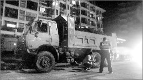 25日,警方正在现场处理事故。本报记者倪娜 摄