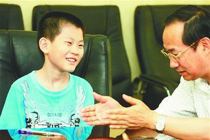 """10岁""""神童""""苏刘溢在接受山东大学招生办公室人员的面试 记者崔健 摄"""