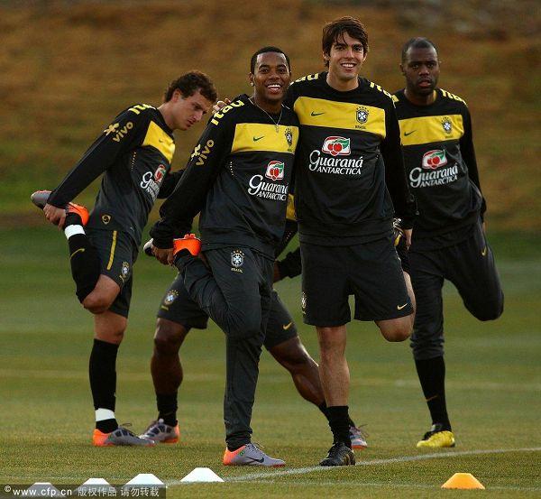 图文:巴西队训练备战 卡卡和罗比尼奥哥俩好