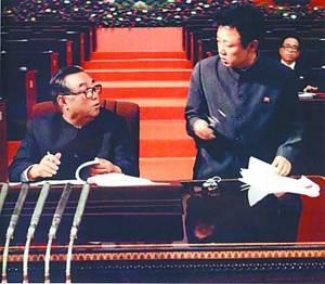 资料图片:金日成和金正日在朝鲜劳动党第六次代表大会上(1980年10月)