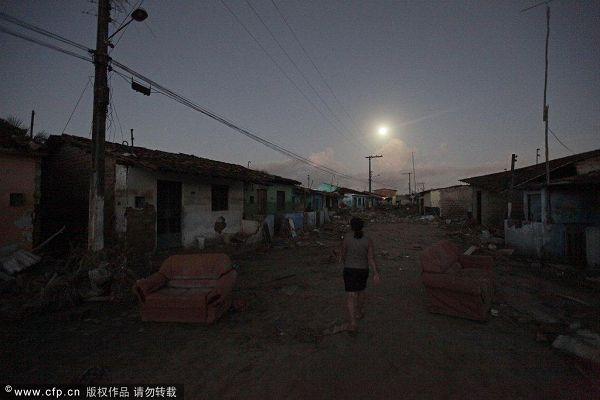 图文:巴西民众身处洪灾不忘世界杯 夜幕降临