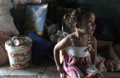 图文:巴西民众身处洪灾不忘世界杯 小女孩