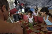 图文:巴西民众身处洪灾不忘世界杯 小孩玩扑克