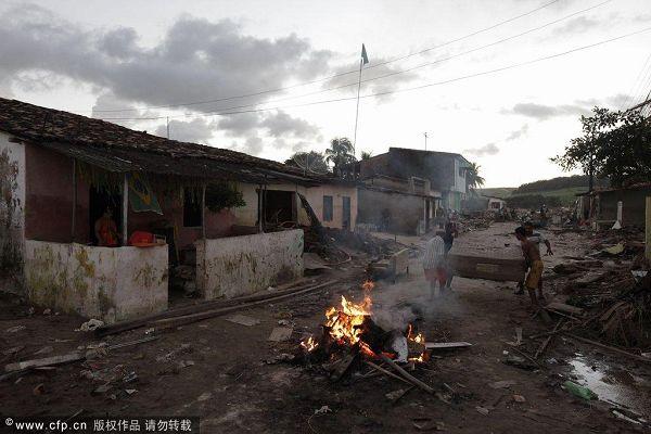 图文:巴西民众身处洪灾不忘世界杯 废墟一片