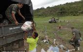 图文:巴西民众身处洪灾不忘世界杯 搬东西