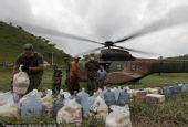 图文:巴西民众身处洪灾不忘世界杯 救援物资