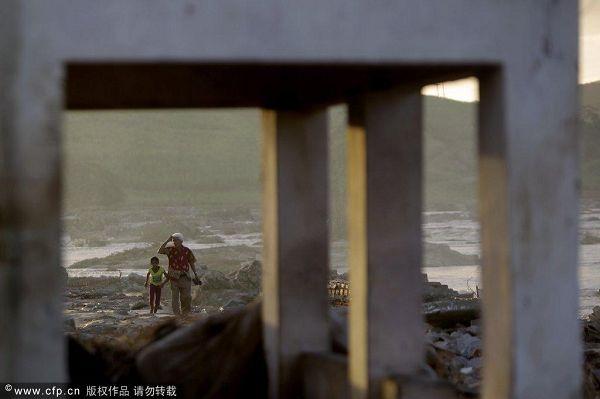 图文:巴西民众身处洪灾不忘世界杯 洪水肆虐