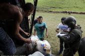 图文:巴西民众身处洪灾不忘世界杯 笑对人生