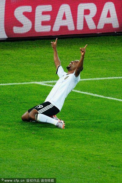 图文:盘点世界杯赛场下跪瞬间 进球了!