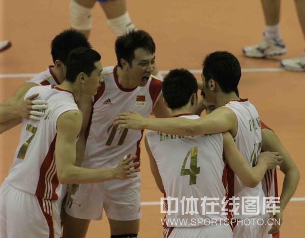 图文:中国男排2-3塞尔维亚 男排庆祝得分