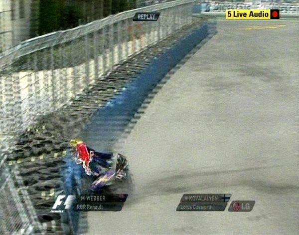 韦伯赛车撞上轮胎墙