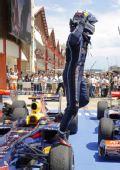 图文:2010年F1欧洲站正赛 维特尔走出赛车