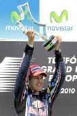 图文:2010年F1欧洲站正赛 维特尔高举冠军奖杯