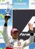 图文:2010年F1欧洲站正赛 汉密尔顿高举奖杯