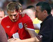 高清图:英国球迷头部中招血流不止 竖中指泄愤