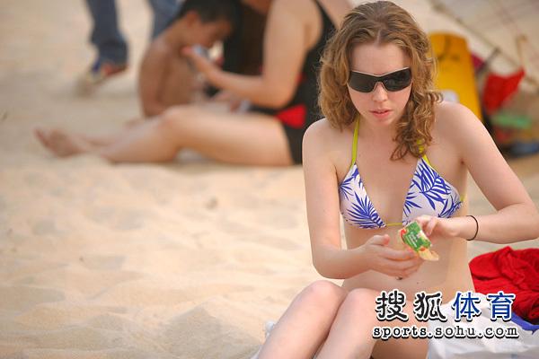 图文:2010北京海洋沙滩狂欢节 老外美女体验