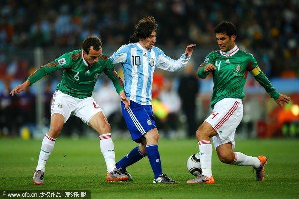 马克斯(右一)与队友协防梅西(点击进入球员数据库)