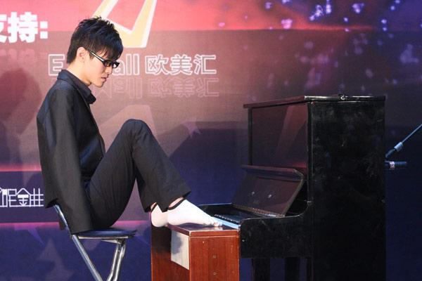 双脚弹钢琴
