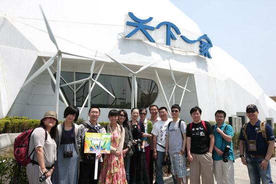 西门子世博奇幻之旅团队在天下家馆前合影(摄影/李贵明)