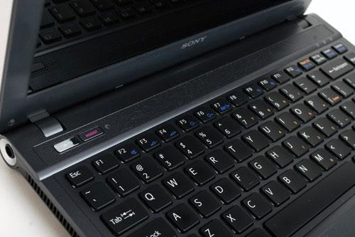 键盘上方隐藏有扬声器
