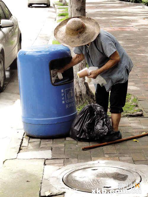 自动挂桶垃圾车图片_办公室垃圾漏桶_把垃圾桶