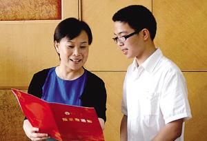 东南大学党委副书记、副校长刘波(左)向王云飞颁发预录取通知书。 时巨涛 摄