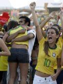 幻灯:巴西本土球迷欢庆胜利 桑巴美女神情专注