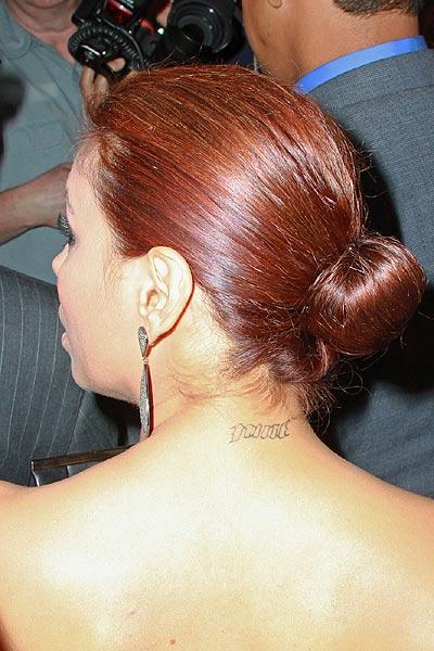 伊娃颈部纹身 2010年06月29日07:30