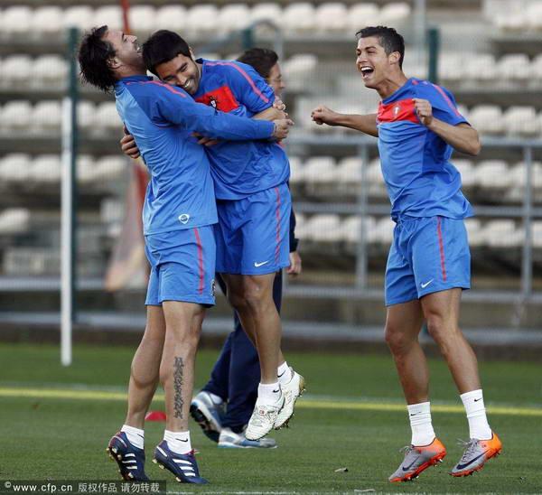 图文:葡萄牙队备战淘汰赛 葡萄牙轻松备战
