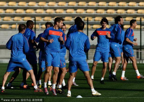 图文:葡萄牙队备战淘汰赛 队员们热身训练