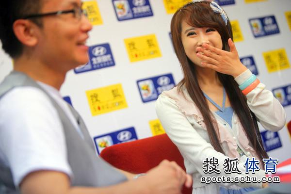 图文:非常天使前三甲做客 吴泽坤掩面而笑