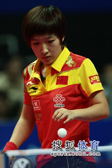 图文:中国女乒5-0世界联队 刘诗雯准备发球