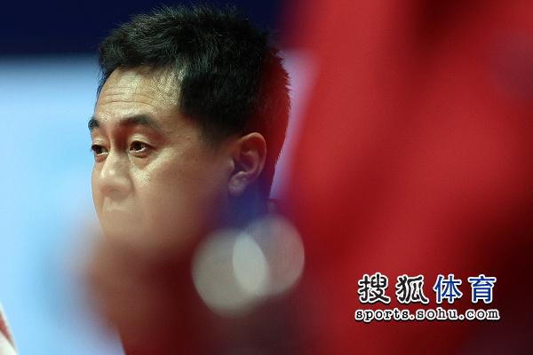 图文:中国女乒5-0世界队 施之皓场下观战