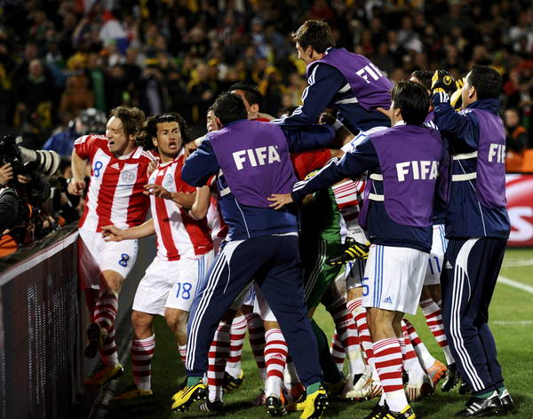 巴拉圭队员抱成一团庆祝