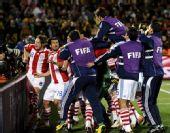 幻灯:巴拉圭首次杀入世界杯八强 队员拥抱庆祝