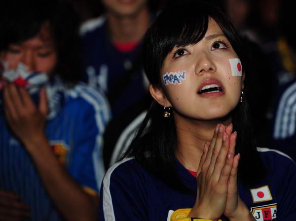 美女球迷祈祷
